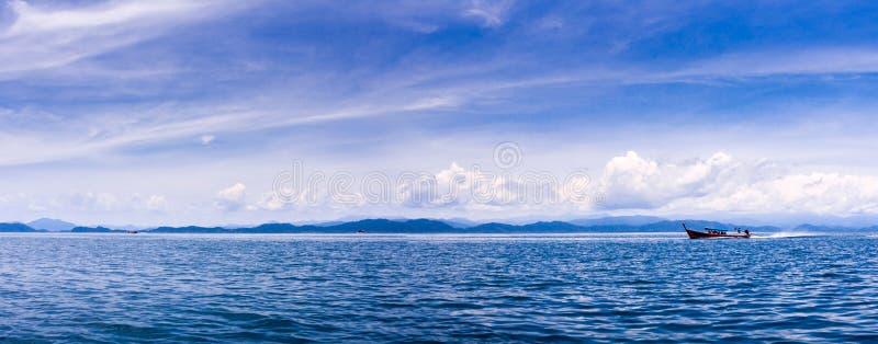 Panoramy łódź przynosi turysty wyspa na andaman morzu obraz royalty free
