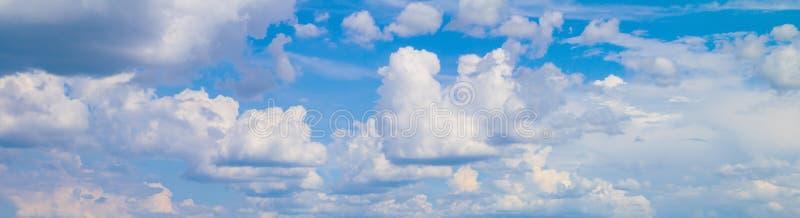 Panoramy chmura w lata pi?knym tle i niebo obraz stock