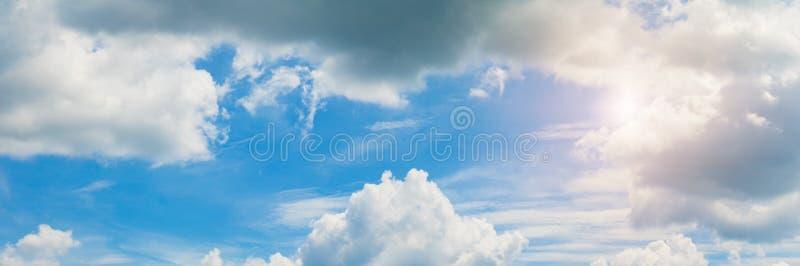 Panoramy chmury i nieba lata czasu piękny tło obraz royalty free