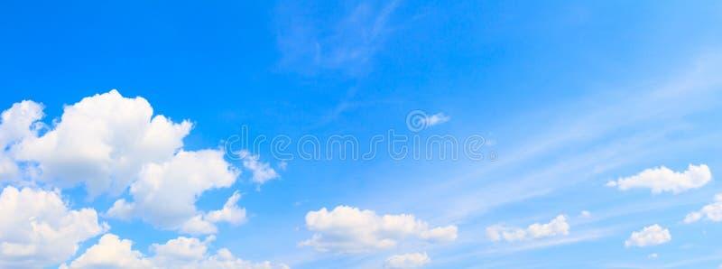 Panoramy chmury i niebieskiego nieba lata czas sztuka w natury pięknym tle z kopii przestrzenią fotografia stock
