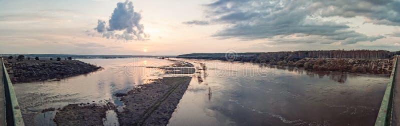 Panoramy floodplain podczas wiosny powodzi od wysokiego banka obraz stock