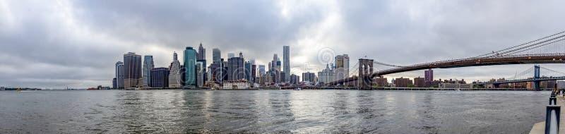Panoramy fotografia Manhattan z wierzchołkami dosięga chmury w Nowy Jork drapacz chmur i most brooklyński, Zlany stan zdjęcie royalty free