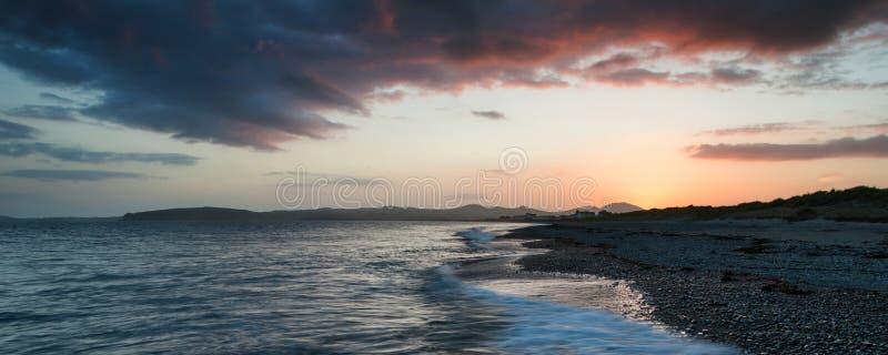 Panoramy krajobrazowa piękna plażowa scena podczas zmierzchu zdjęcie royalty free