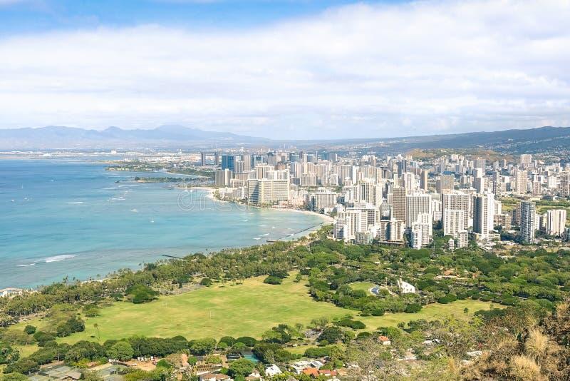 Panoramy linii horyzontu widok Honolulu miasto i Waikiki wyrzucać na brzeg obrazy stock