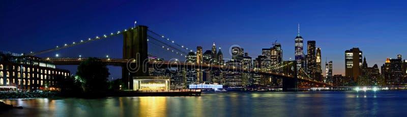 Panoramy Miasto Nowy Jork w centrum linia horyzontu i most brooklyński przy zmierzchem zdjęcie stock