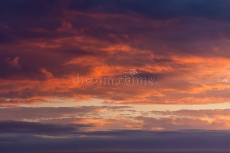 Panoramy niebo, cumulonimbus chmura w jaskrawych kolorach i Kolorowy gładki niebo w zmierzchu fotografia stock