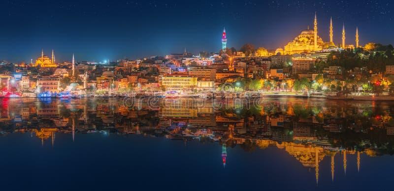Panoramy os Istanbuł i Bosporus przy nocą obraz royalty free