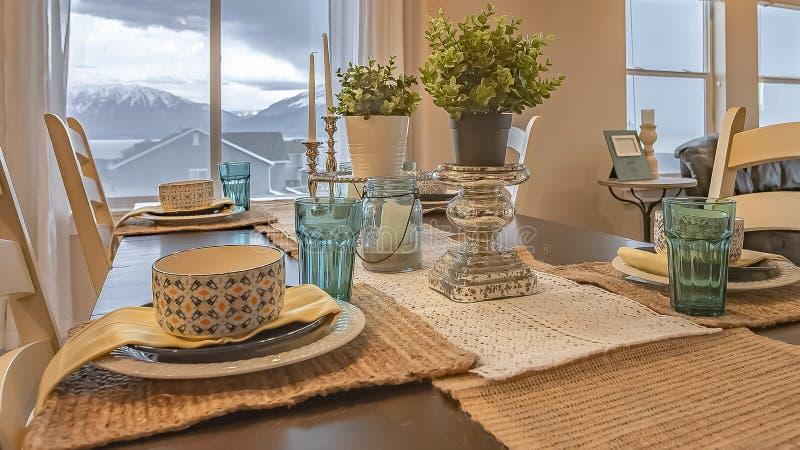 Panoramy ramowy Uroczy łomota położenie z konopie stołu biegaczem i placemats na drewnianym stole obraz royalty free