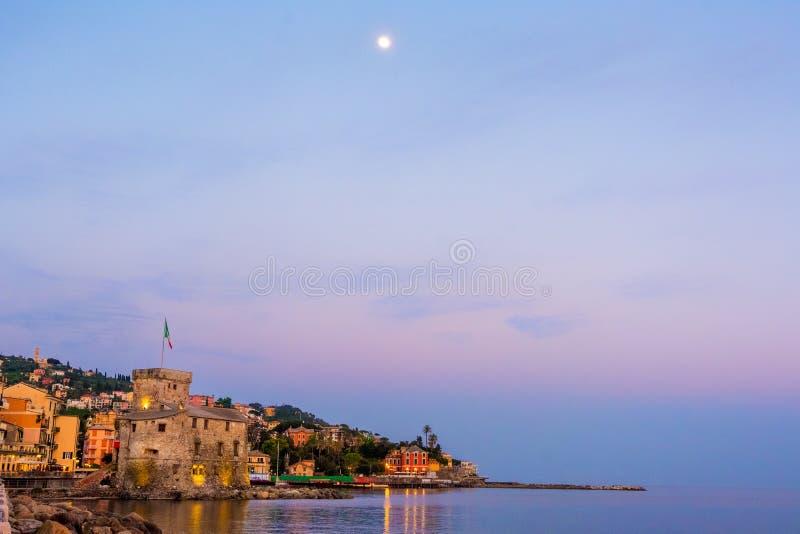 Panoramy wioski przestrzeni włoski denny tekst i księżyc wysocy w niebie - Rapallo Italy miasteczka kopii przestrzeni tła denna n obrazy stock