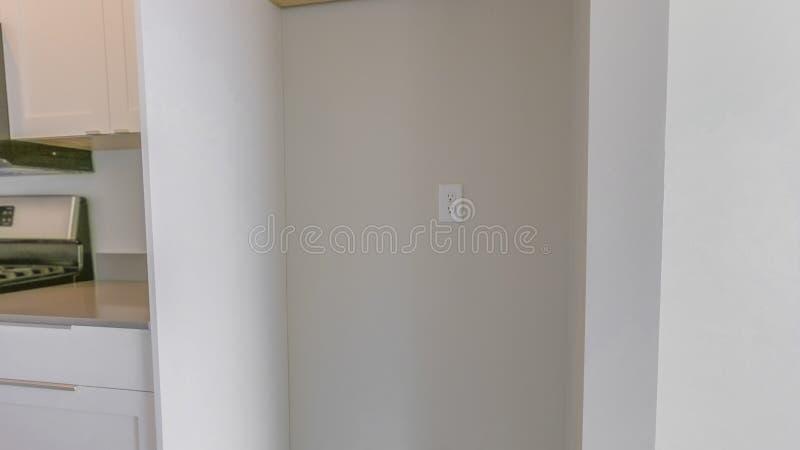 Panoramy wnętrze kuchnia z wiszącym gabinetem nad pusty chłodziarka alkierz obrazy royalty free