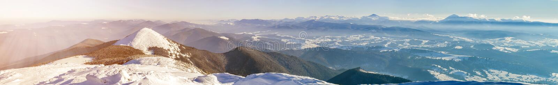 Panorana τοπίων χειμερινών βουνών Άσπροι χιονισμένοι λόφοι βουνών στοκ φωτογραφίες με δικαίωμα ελεύθερης χρήσης