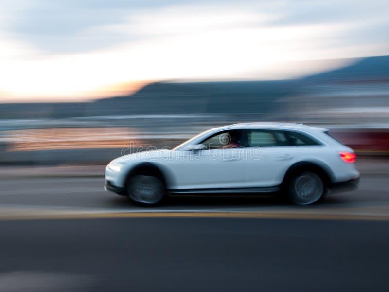 Panorera av vita SUV arkivbilder