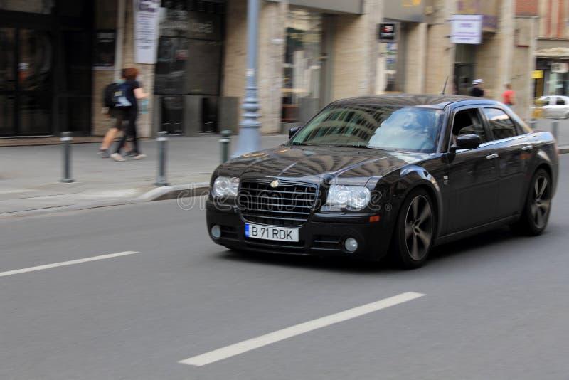 Panorera Chrysler 300 på gatan royaltyfri fotografi