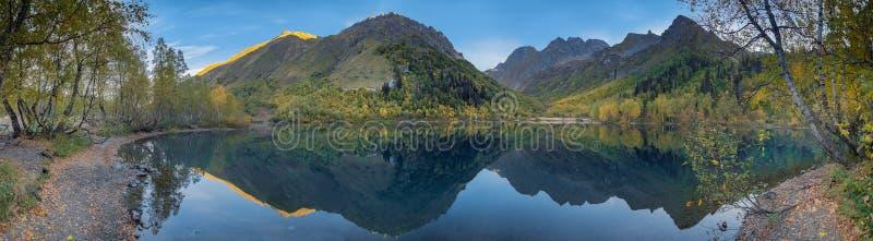 Panorma da manhã do lago Kardyvach Região de Krasnodar, Rússia imagens de stock