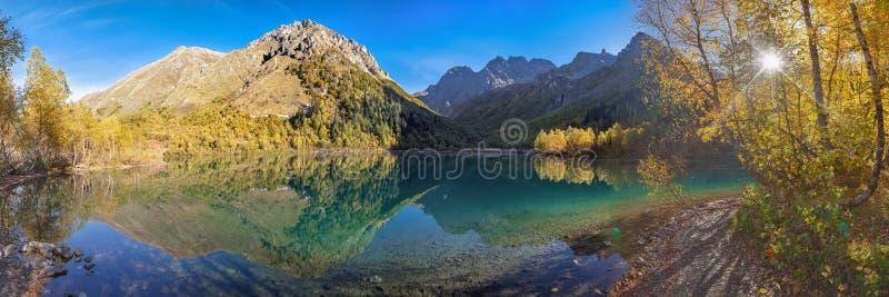 Panorma da manhã do lago Kardyvach Região de Krasnodar, Rússia foto de stock