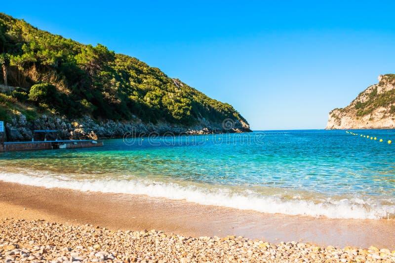 Panorma od Palaiokastritsa,镇在科孚岛,希腊 美丽的海湾 在一个海湾的沙滩在Paleokastritsa在希腊 复制 库存照片