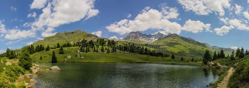 Panormamening van het meer in Alp Flix stock fotografie