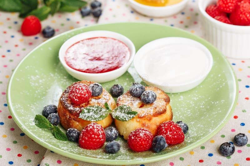 Panqueca Berry Meal Side View doce do requeijão fotos de stock royalty free