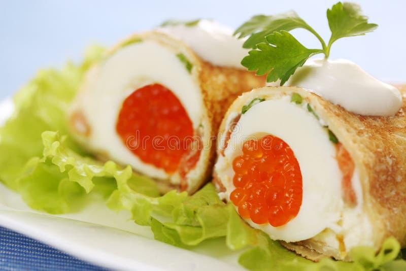 Panqueca com ovo e caviar fotos de stock