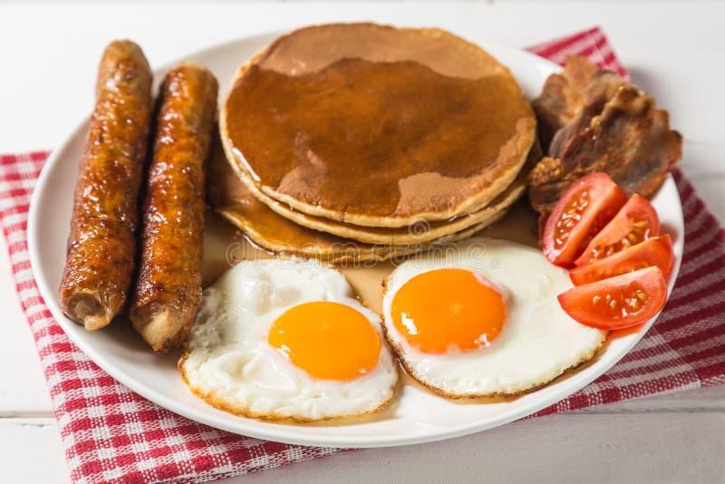 Panqueca com xarope do ovo, da salsicha, do bacon e de bordo A vista da parte superior Cópia-espaço foto de stock