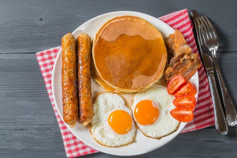 Panqueca com xarope do ovo, da salsicha, do bacon e de bordo A vista da parte superior Cópia-espaço imagem de stock