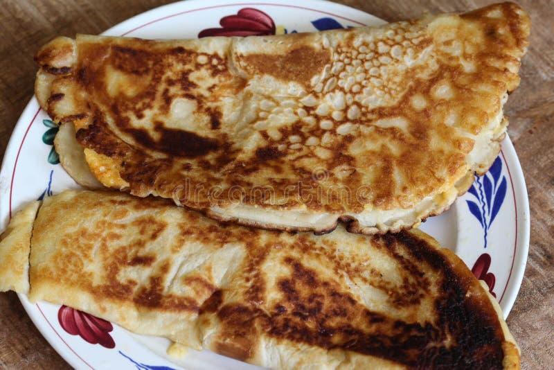 panqueca cozida fresca com queijo e bacon na placa no fundo de madeira imagens de stock