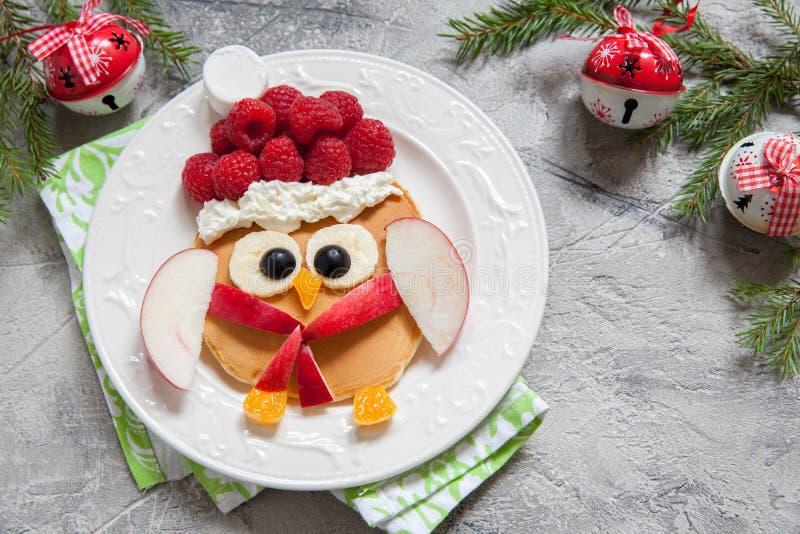 Panqueca da coruja para o café da manhã do Natal imagens de stock royalty free