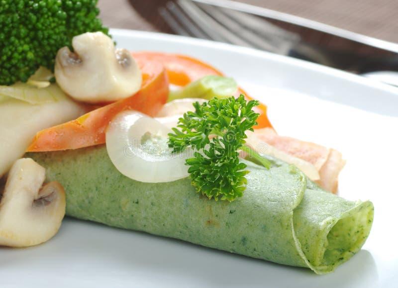 Panqueca fina com vegetais foto de stock royalty free