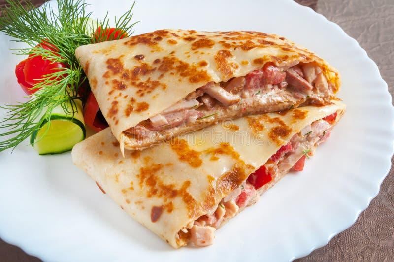 Panqueca quente com presunto, salsicha e tomates imagens de stock