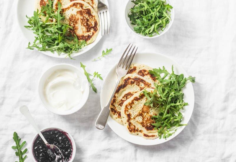 Panqueca sem glúten e rúcula do grão-de-bico Café da manhã ou petisco da dieta saudável no fundo branco foto de stock