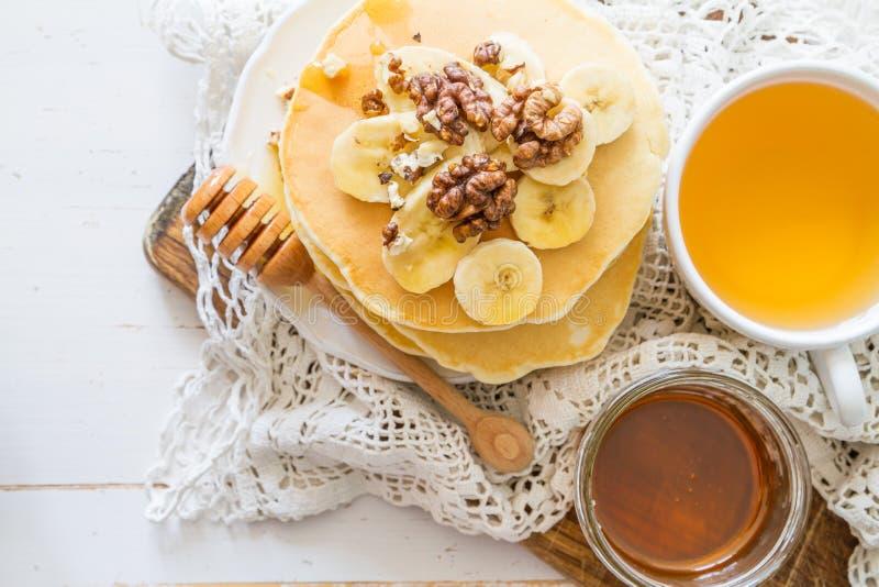 Panquecas com banana, porcas e mel imagens de stock royalty free