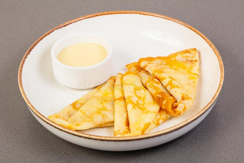 Panquecas com leite condensado imagem de stock royalty free