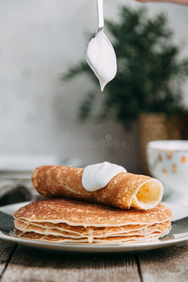 Panquecas com manteiga e creme de leite fotos de stock royalty free