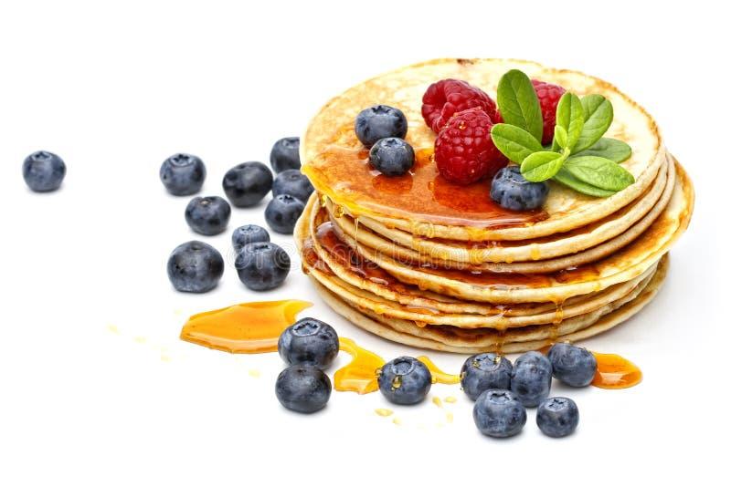 Panquecas com mel, framboesas e uvas-do-monte imagem de stock royalty free