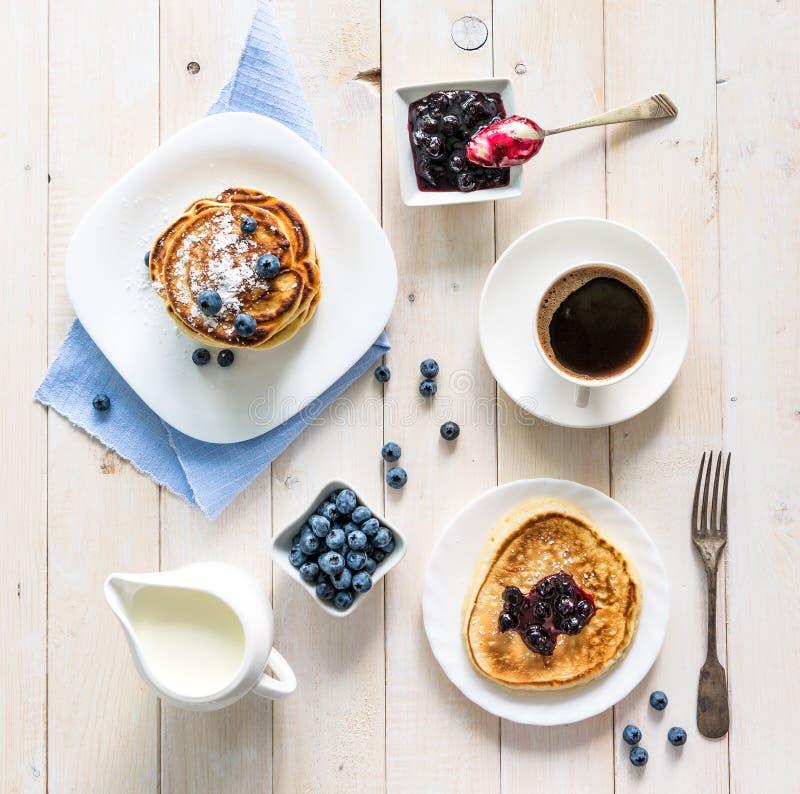 Panquecas com mirtilo e café na tabela foto de stock royalty free
