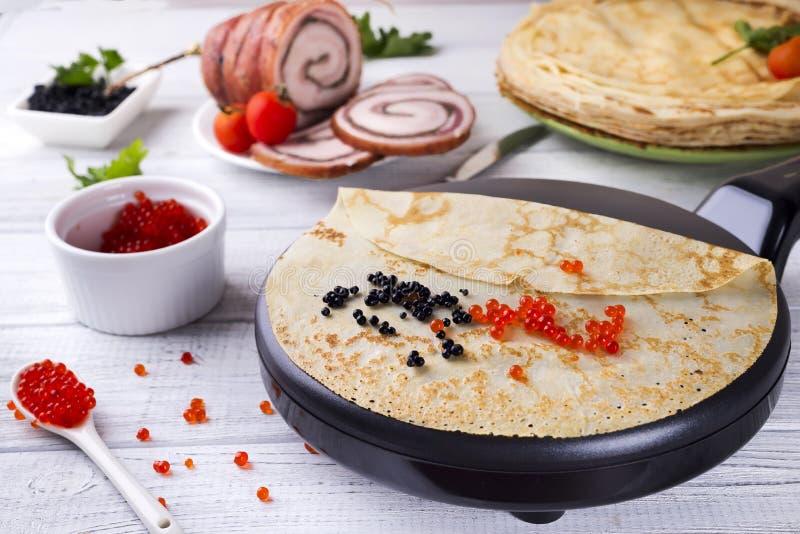 Panquecas com o caviar vermelho na placa fotografia de stock royalty free