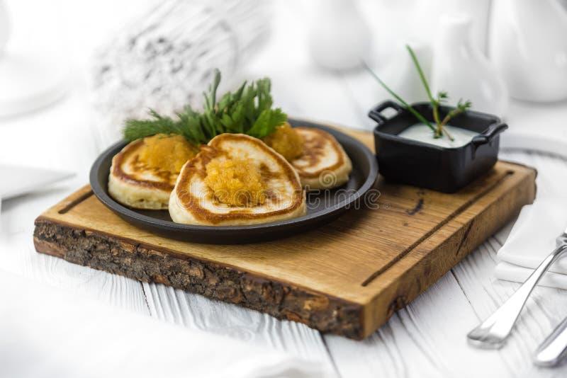 Panquecas cozidas saborosos quentes com caviar vermelho fotografia de stock royalty free