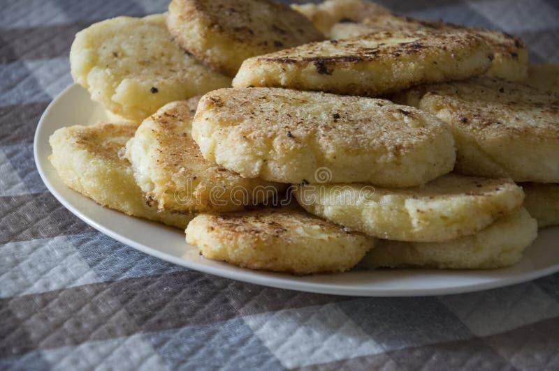 Panquecas cozidas saborosos quentes do queijo na posição da placa na toalha de mesa quadriculado Pequeno almo?o fotos de stock royalty free