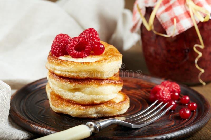 Panquecas deliciosas com framboesa e o corinto vermelho na placa da cerâmica fotos de stock royalty free
