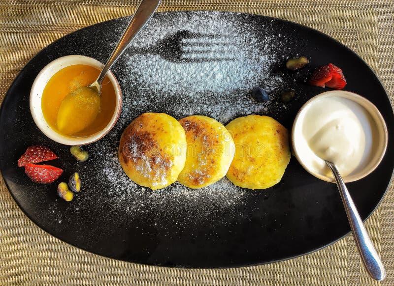Panquecas do requeijão com mel e creme de leite para o café da manhã saudável foto de stock