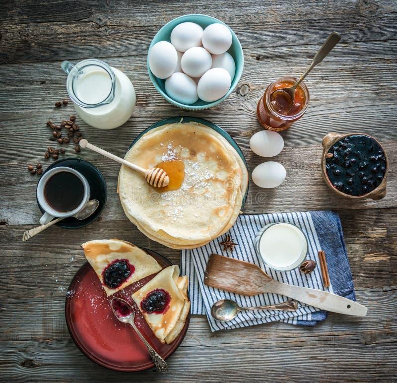 Panquecas e café preparados entre ingredientes imagens de stock
