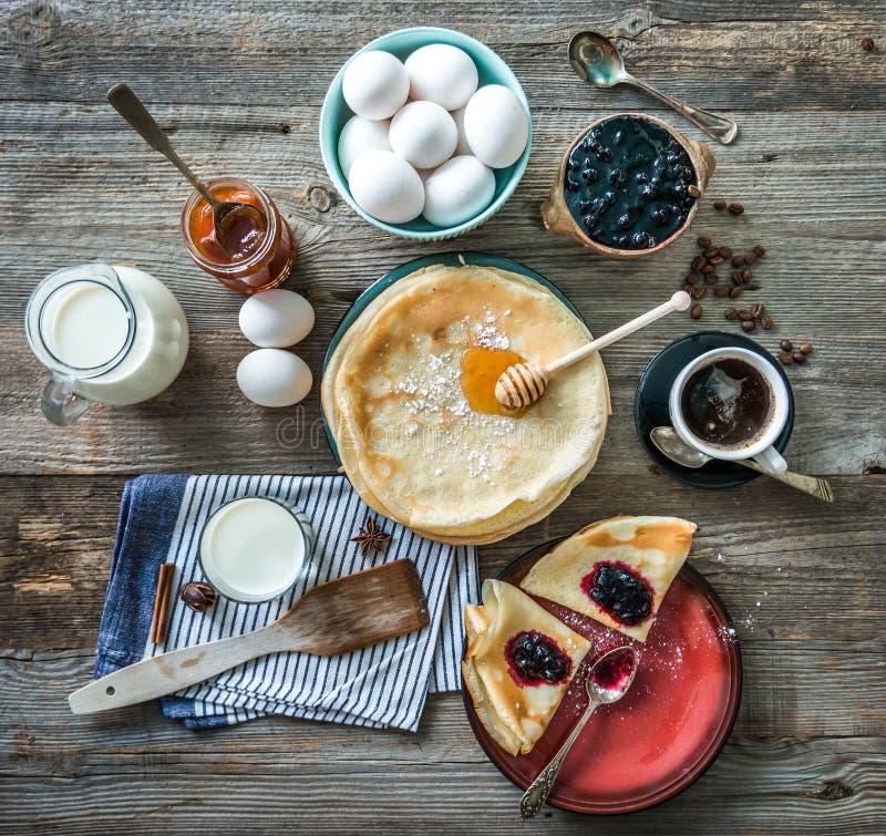 Panquecas e café preparados entre ingredientes fotografia de stock
