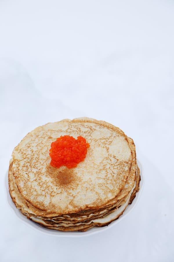 Panquecas e caviar vermelho, vista superior imagens de stock