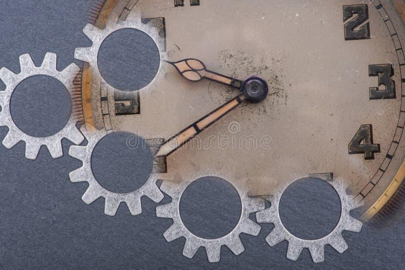 Panta rhei pojęcie: antyk, kieszeniowy zegarek i godzina metalu przekładnie na naturalnym kamieniu, stary, rocznik, fotografia stock