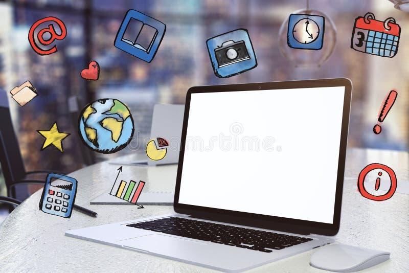 Pantalla blanca en blanco del ordenador portátil con los medios iconos sociales imágenes de archivo libres de regalías