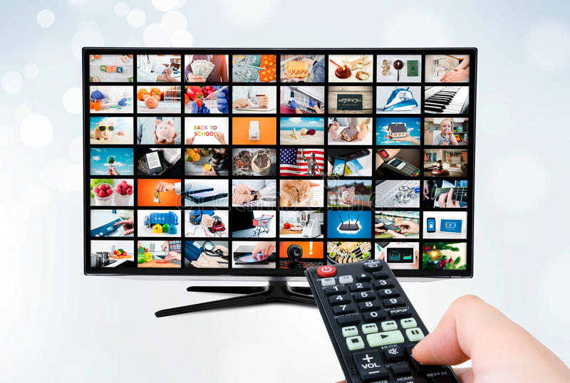 Pantalla con pantalla grande del televisor de alta definición ultra con la difusión video fotos de archivo