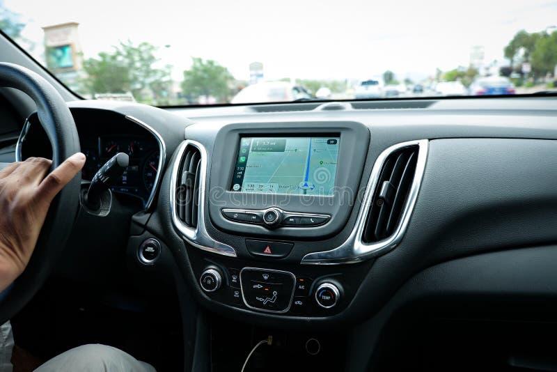 Pantalla de Apple CarPlay en el tablero de instrumentos moderno del coche que exhibe Google Maps imagenes de archivo