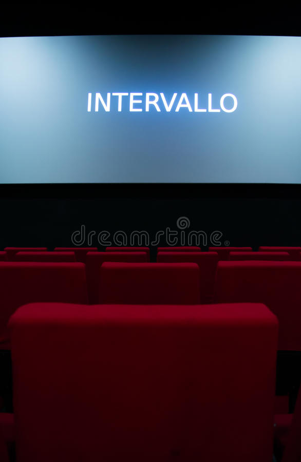 Pantalla de cine y sillas rojas dentro de un cine imagen de archivo libre de regalías