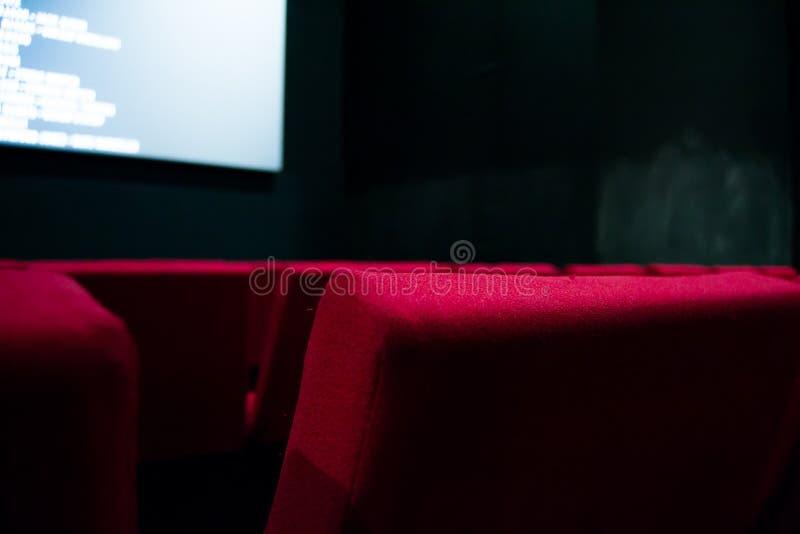 Pantalla de cine y sillas rojas dentro de un cine foto de archivo libre de regalías