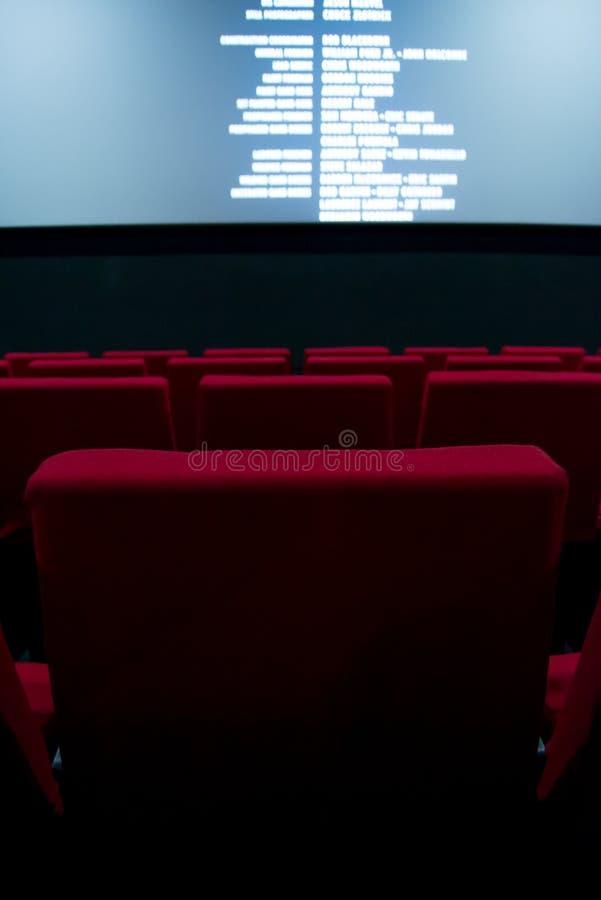 Pantalla de cine y sillas rojas dentro de un cine fotografía de archivo libre de regalías